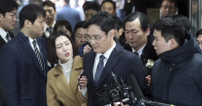 Seoul court begins to deliberate Samsung chief's arrest