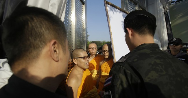 Thai police raid temple belonging to Buddhist sect