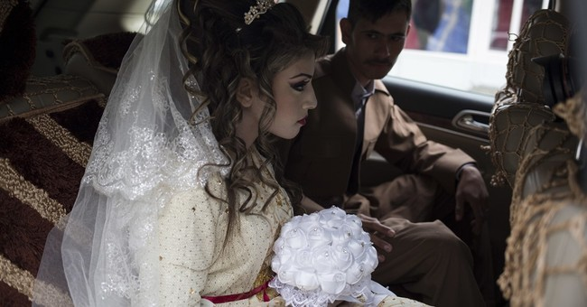 AP PHOTOS: Iraqis displaced from Mosul marry in refugee camp