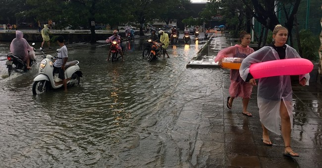 Flooding disrupts transit, spoils holidays in south Thailand