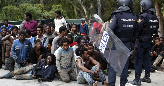 Hundreds of migrants cross fence into Spain again