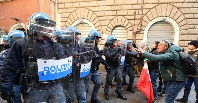 Italy cabbies clash with riot police during strike over Uber