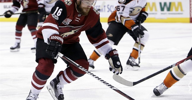 Coyotes score 3 in 1st period, hold on to beat Ducks