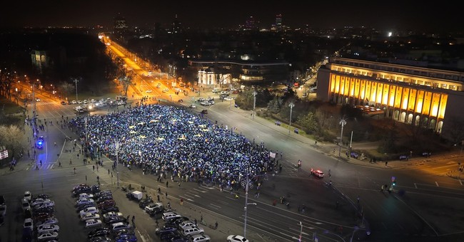Romanians form EU flag during 27th night of protests