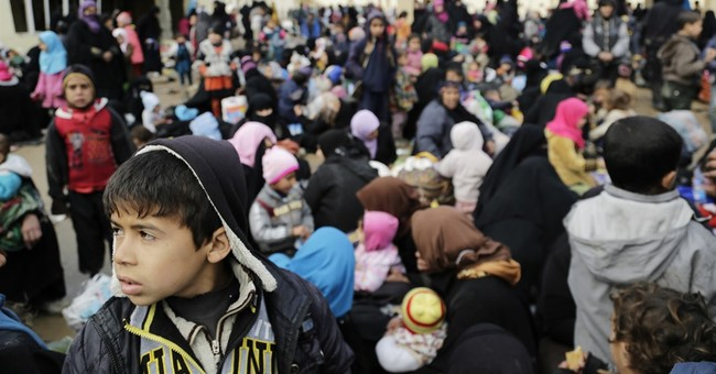 Thousands flee Iraq's Mosul overnight, as fighting rages on