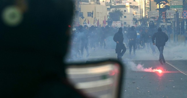 Riot police move against Naples protests of Northern League