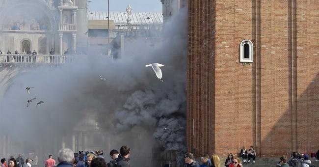 Italian media: Thieves' smoke bombs spark panic in Venice