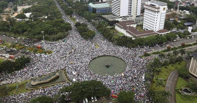 Muslim protesters march against Jakarta's Christian governor