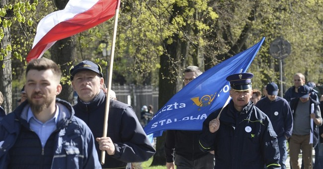 Polish postal workers march to demand higher pay