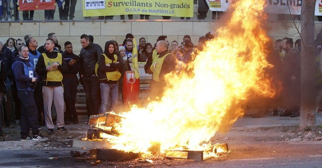 Guards block French prisons as assault protest enters week 2
