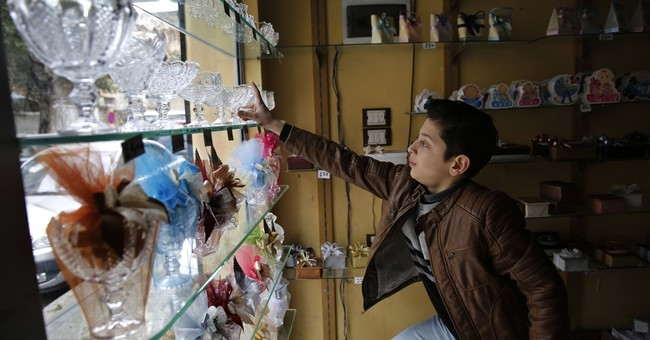 Still a trickle, but refugees sick of exile return to Syria