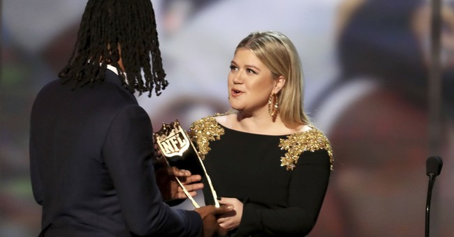 Kelly Clarkson thinks Lorde should have performed at Grammys