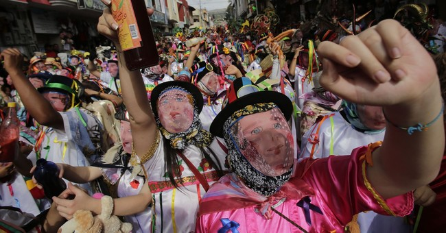 Ecuadorean village rings in new year with devil dance