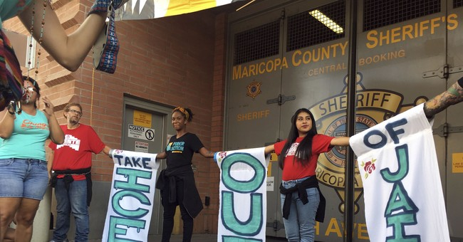 1,000 Activists Form Wall To Block ICE Agents From Entering Building