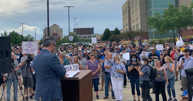 'Back the Blue' Rally In Illinois Draws Hundreds as Police Shut Down Violent Counter Protesters
